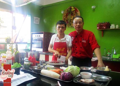 Học viên học lớp dạy nấu ăn truyền nghề