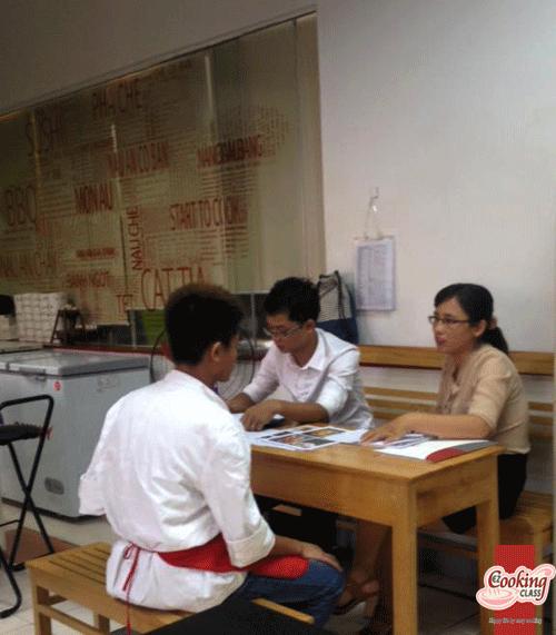 Đại diện nhà hàng Nhật YM Tribe đang phỏng vấn học viên lớp đầu bếp chuyên nghiệp